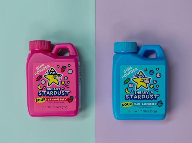 Pinkki purkkajauho paketti ja sininen purkkajauho paketti. Liila pohjapaperi oikealla, vaaleansininen pohjapaperi vasemmalla.