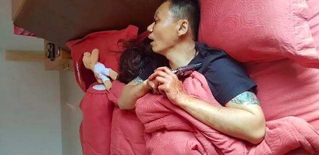 Foto-foto Satu Keluarga Tewas Tertembak, Suami Masih Pegang Pistol