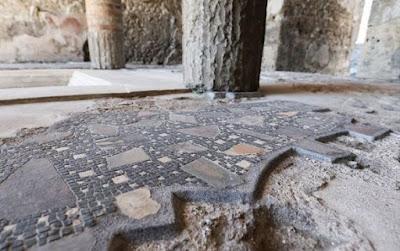 Ιταλία: Συνελήφθη τουρίστρια στην Πομπηία που προσπάθησε να κλέψει τμήμα ψηφιδωτού