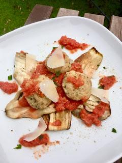 image Boulettes de ricotta, sauce tomate et aubergines grillées