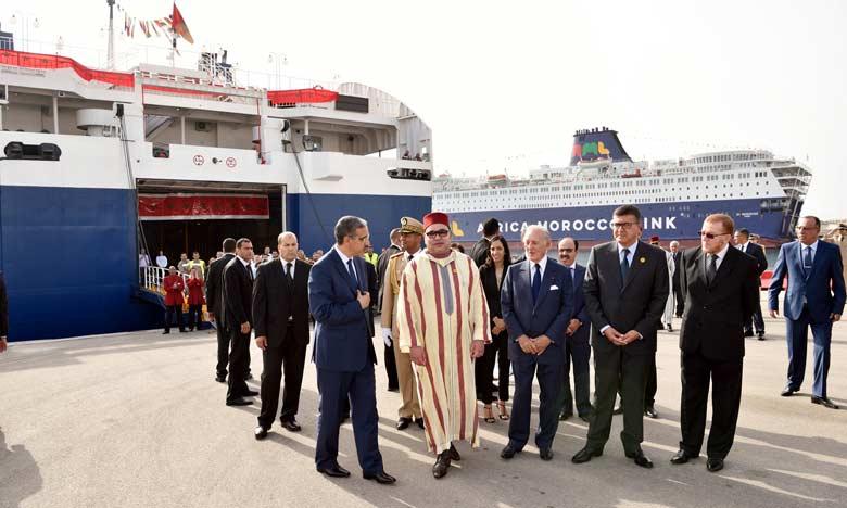 Le roi du Maroc contrôle en personne la qualité d'accueil des Marocains au port de Tanger-Med.
