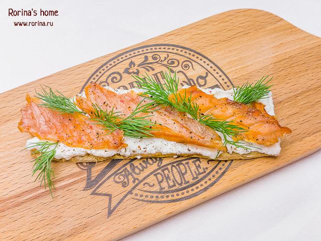 Бутерброды с красной рыбой и рикоттой