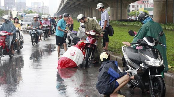 """Khắc phục xe máy """"chết nước"""" và kinh nghiệm đi xe mùa mưa"""