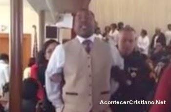 Drama de pastor arrestado en la iglesia
