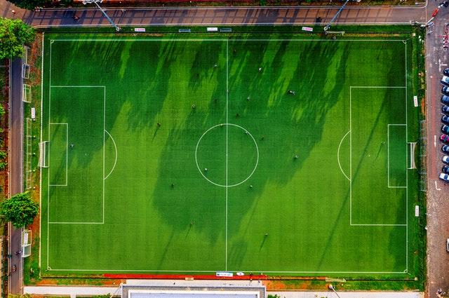 Hoe oefen je voetbal zonder moe te worden of halverwege het spel te stoppen?
