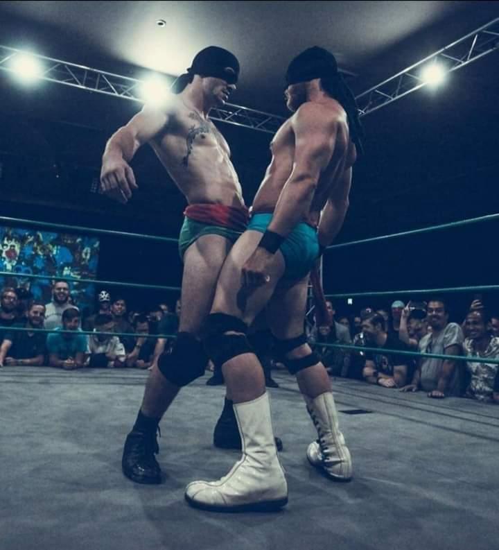 boxeadores tocando bultos