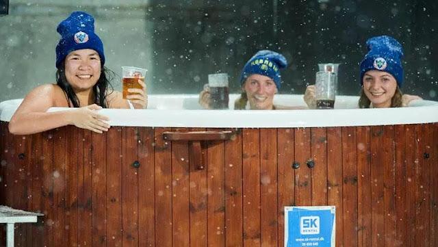 Tiga suporter Hobro IK yang rela menonton   di tengah badai salju
