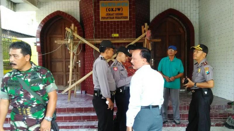 Aparat keamanan berada di gereja GKJW di Kediri