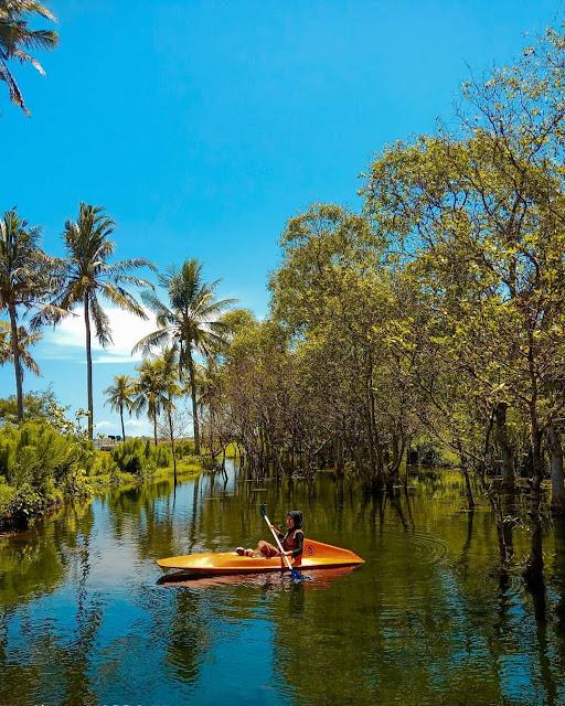Bermain Perahu Kano Di Pantai Cacalan