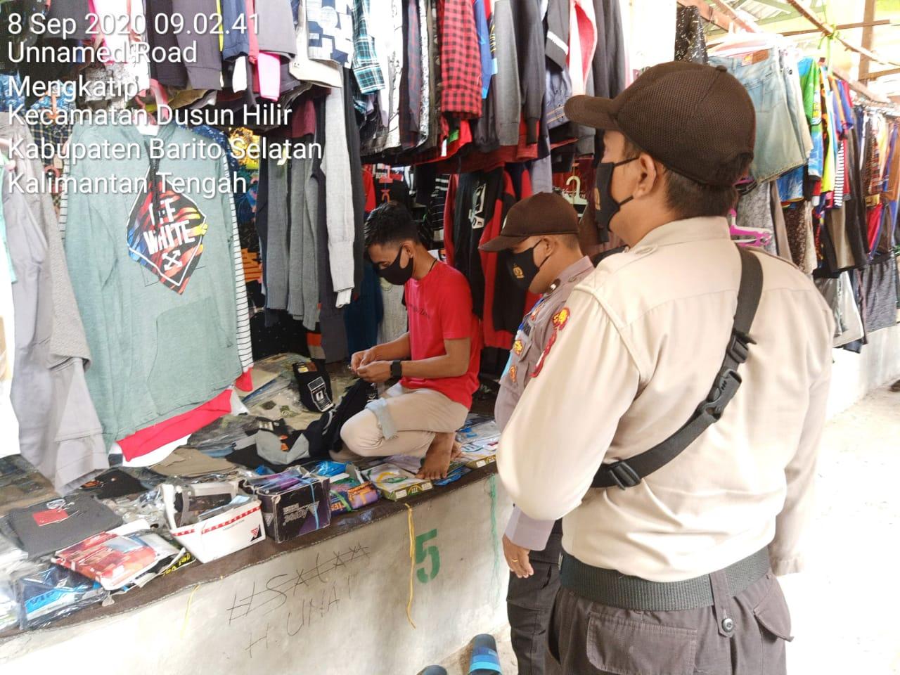 Sambangi Pasar, Personel Polsek Dushil Ajak Masyarakat Disiplin