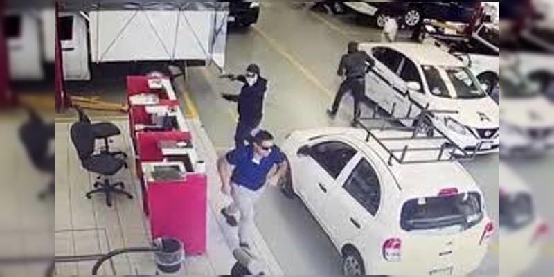 Vídeo: Comando armado incendia agencia de coches en Uruapan, Michoacán