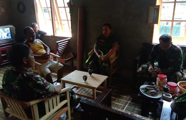 Lewat Komsos, Personel Satgas TMMD Kodim 1407/Bone Tanamkan Patriotisme ke Warga