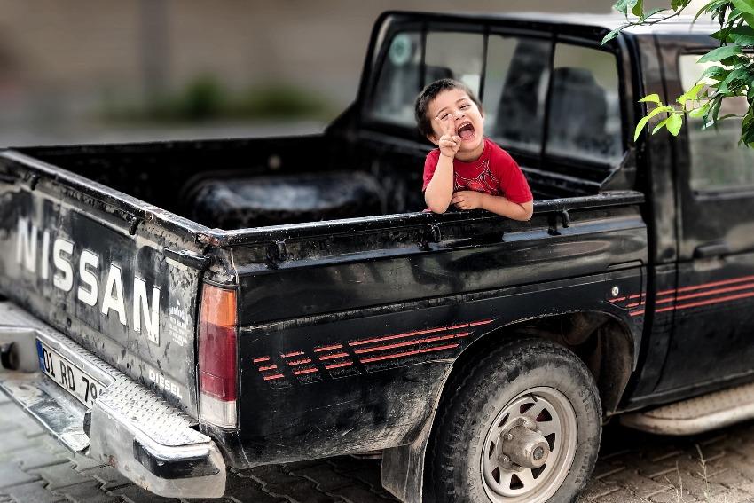 Jak zwiększyć bezpieczeństwo dziecka podczas podróży autem