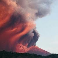 Terus Mengalami Erupsi, Debu Gunung Agung Mengarah Ke Timur
