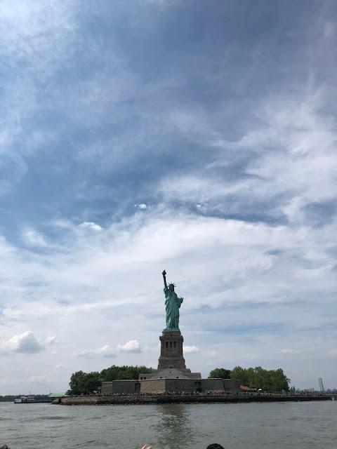 Blick auf die Statue of Liberty vom Hudson River aus