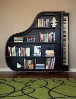 biblioteca en un piano viejo