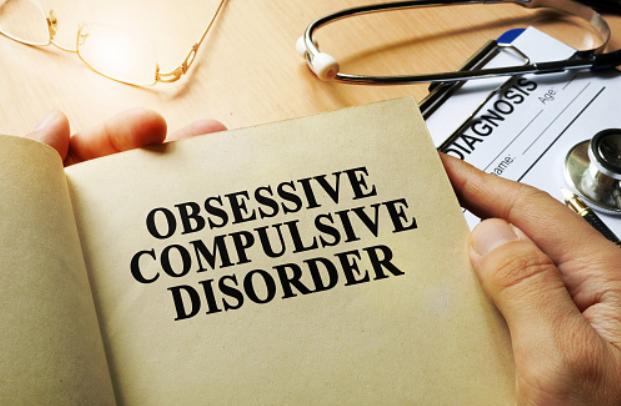 Penyakit Obsessive Compulsive Disorder : Pengertian, Tanda dan Gejala, Penyebab, Faktor Risiko Pada Tubuh Manusia Pengertian Obsessive Compulsive Disorder Obsessive Compulsive Disorder (OCD) atau gangguan obsesif kompulsif adalah kelainan psikologis yang mempengaruhi pikiran dan perilaku penderitanya.  Begitu seseorang terinfeksi OCD, pikiran dan rasa takut yang tidak diinginkan akan muncul secara terus menerus, menyebabkan penderita terobsesi pada sesuatu dan melakukan tindakan tertentu secara berulang-ulang.  Misalnya, mengecek berulang kali apakah mereka mengunci pintu atau belum. Penderita OCD mungkin dapat mengabaikan pikiran itu, namun hal tersebut hanya akan membuat mereka merasa cemas dan tertekan sehingga akhirnya mereka harus melakukan sesuatu untuk melepas tekanan tersebut.  Tanda dan Gejala Obsessive Compulsive Disorder Tanda dan gejala yang dialami penderita OCD biasannya berupa munculnya perilaku obsesif dan kompulsif yang bukan disebabkan oleh penggunaan obat atau kondisi lainnya.   Hal tersebut dapat menyebabkan stres dan memngaruhi kehiduan sehari-hari penderitanya. Ada banyak tipe perilaku obsesif kompulsif, di antaranya adalah : Munculnya pikiran yang tidak diinginkan seperti sedang melihat gambar berisi kekerasan Merasa bertanggung jawab terhadap hal-hal buruk yang sudah atau mungkin terjadi Kekhawatiran yang berlebihan terhadap kebersihan tubuh, kotoran, dan bakteri Rasa takut terhadap polutan dan khawatir secara berlebihan terhadap kemungkinan jatuh sakit Perilaku kompulsif Terbangun beberapa kali di tengah malam untuk memastikan apakah peralatan elektronik sudah dimatikan, lampu sudah dikunci,  atau jendela sudah ditutup Mengurutkan pakaian, sepatu, atau cucian berdasarkan urutan tertentu untuk mengurangi kecemasan Mencuci tangan berkali-kali karena takut terinfeksi bakteri (meskipun gejala ini tidak selalu terjadi) Penderita OCD seringkali tidak ingin bertingkah laku seperti itu, tetapi perilaku tersebut cenderung tidak dapat dikendalikan. Pe