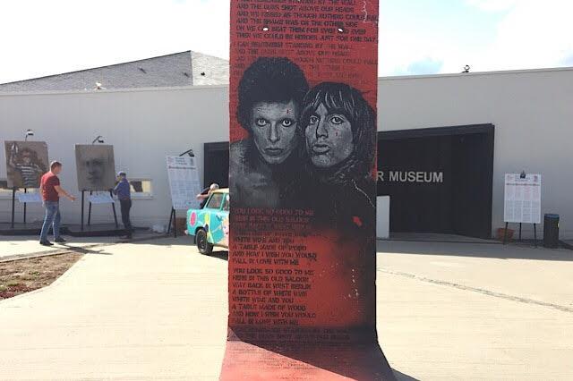 """"""" Photo de deux pop stars peintes sur un morceau du mur de Berlin à Bastogne"""""""