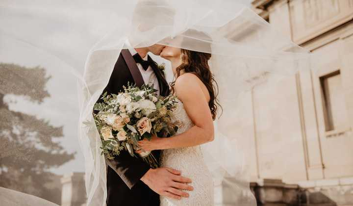 In Christian society, the bride is usually first seen. First of all, the groom chooses the bride. By choosing the bridegroom, the character of the bride learns the fault line