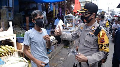 Polres 'Gerebek' Pasar Langsa Bagi Masker Untuk Masyarakat