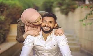 صورة زوجة تنحني على رأس حبيبها و تقبله