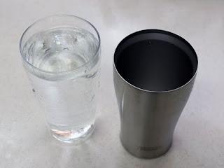 THERMOS 真空断熱タンブラーJDE-340に300mlの水を移してみました。