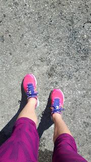 Jambes de coureuse, capris, asphalte, espadrilles de course New Balance