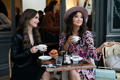 Lily Collins (Emily) y Ashley Park (Mindy)