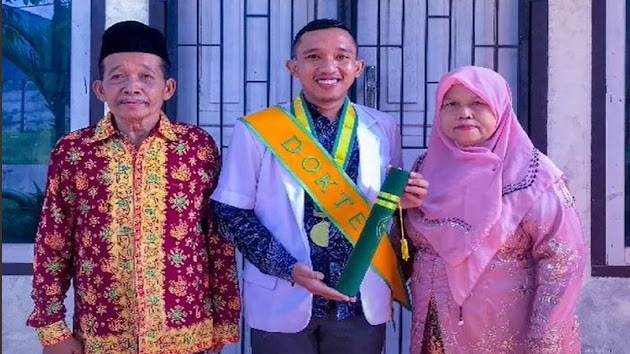 Viral Kisah Anak Penjual Nasi Gemuk Jadi Dokter, Ikut Banting Tulang Sejak SMP Hingga Tak Malu Bawa Dagangan Ibu ke Sekolah, Endingnya Bikin Haru