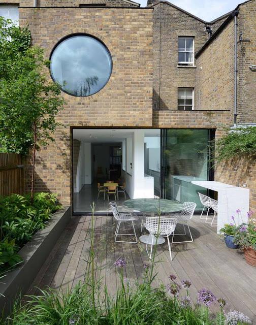 Nhìn tư bên ngoài căn nhà như hoà mình vào thiên nhiên với thiết kế cảnh quan cây xanh khéo léo