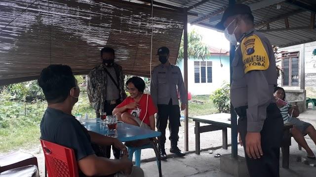Polsek Siantar Selatan Bagi-Bagi Masker Dan Menganjurkan Mematuhui Protokol Kesehatan Kepada Masyarakat