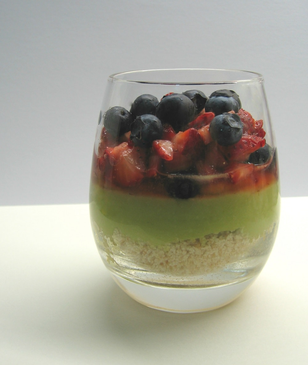 Sobremesa de abacate, morangos, mirtilos e amêndoa / Avocado, strawberry, blueberry & almond dessert
