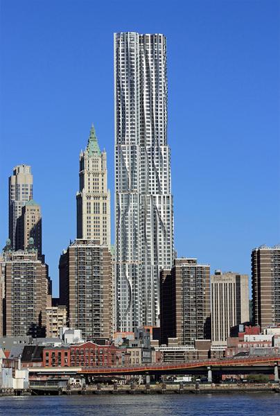Vista de la fachada de la 8 Spruce Street, también conocida como New York by Gehry, en donde se aprecia el efecto cortina inspirado en los pliegues de la escultura Éxtasis de Santa Teresa de Bernini