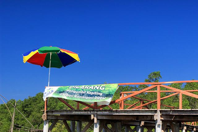 Himbauan menjaga lingkungan di kawasan konservasi Mangrove Batu Karas.