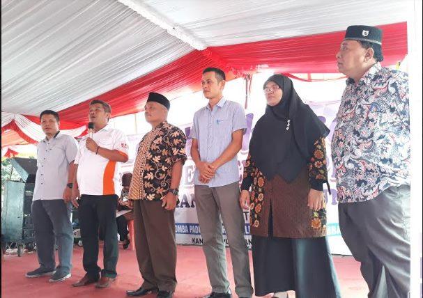 Komisioner KPU Sumut didampingi para komisioner KPU Paluta memberi kata sambutan di pambukaan acara lomba kreasi pentas seni Pemilu 2019 di Gunungtua