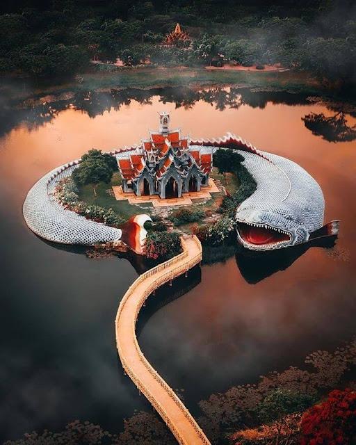 Điểm đặc biệt nhất nơi đây là hình ảnh con cá Anondha khổng lồ miệng mở và nhô lên khỏi mặt nước. Anondha được xem là loài cá ma thuật, như linh vật trấn giữ ngôi đền khỏi những điều xấu xa. Công trình uy nghi nằm giữa mặt hồ xanh biếc được xem là kiến trúc vĩ đại, hoành tráng.