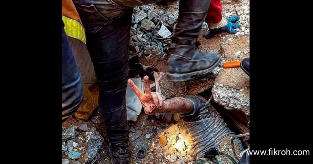 Tertimpa Reruntuhan Selama Berjam-jam, Pemuda Gaza Acungkan Dua Jari Simbol Kemenangan