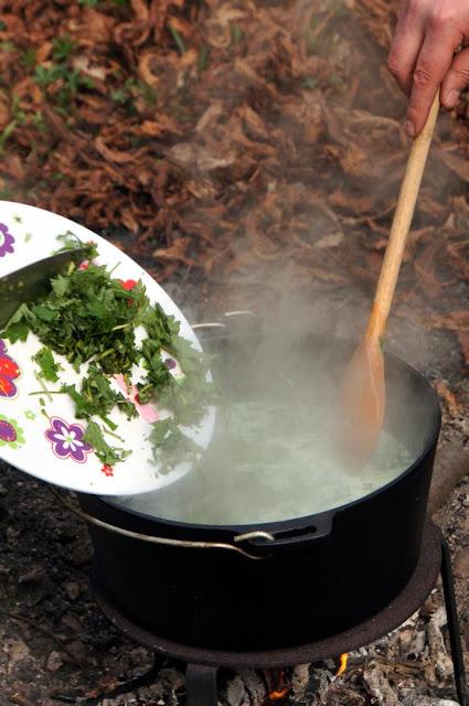 Brennnessel-Bärlauch-Suppe Outdoor zubereitet
