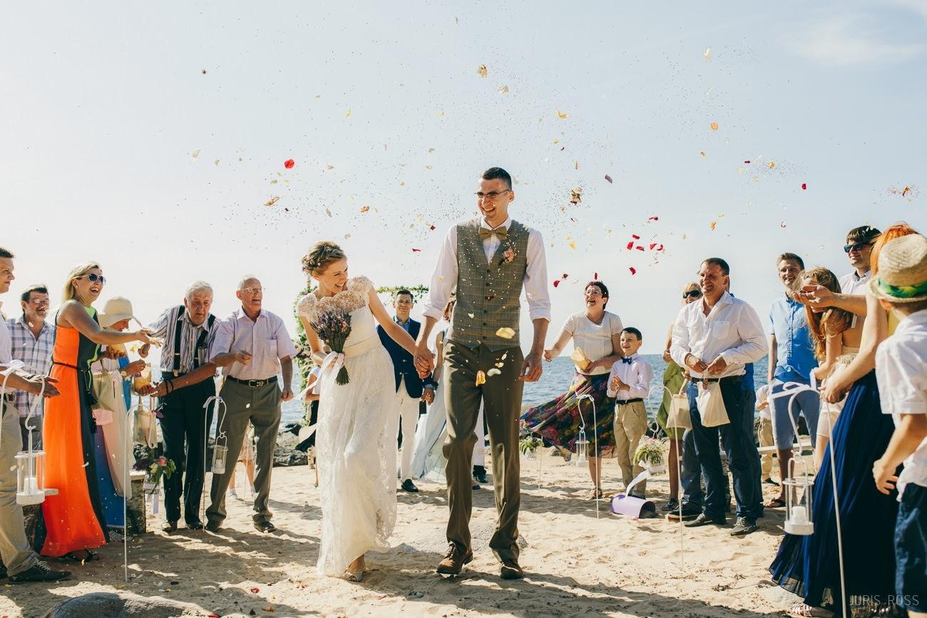 kāzu ceremonija pie jūras kāzu fotogrāfs