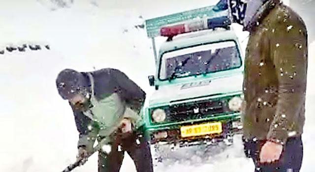 हिमाचल: बेलचे से बर्फ खोद दौड़ाई 108 और अस्पताल पहुंचाई महिला, जज़्बे को सलाम