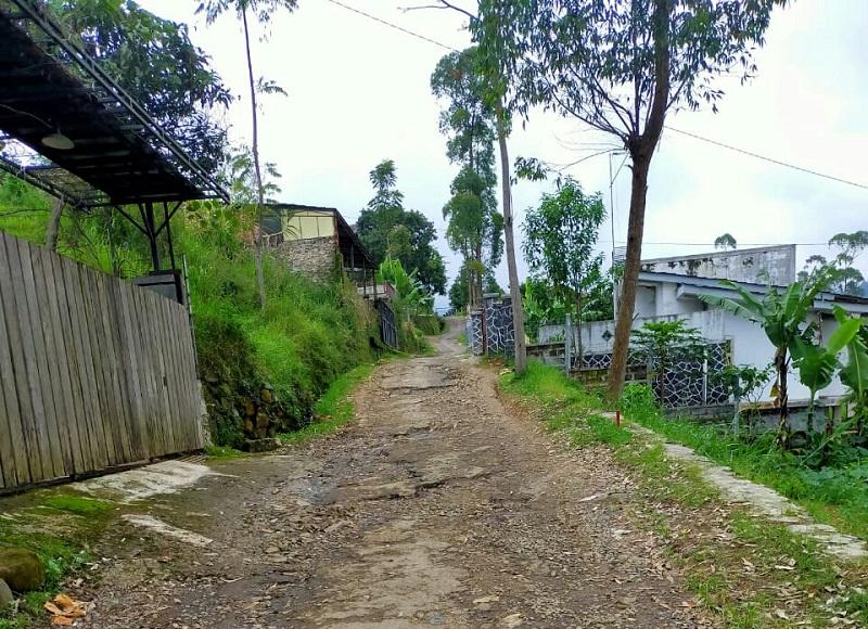 Warga Keluhkan Jalan Kabupaten Rusak Di Desa Sugihmukti