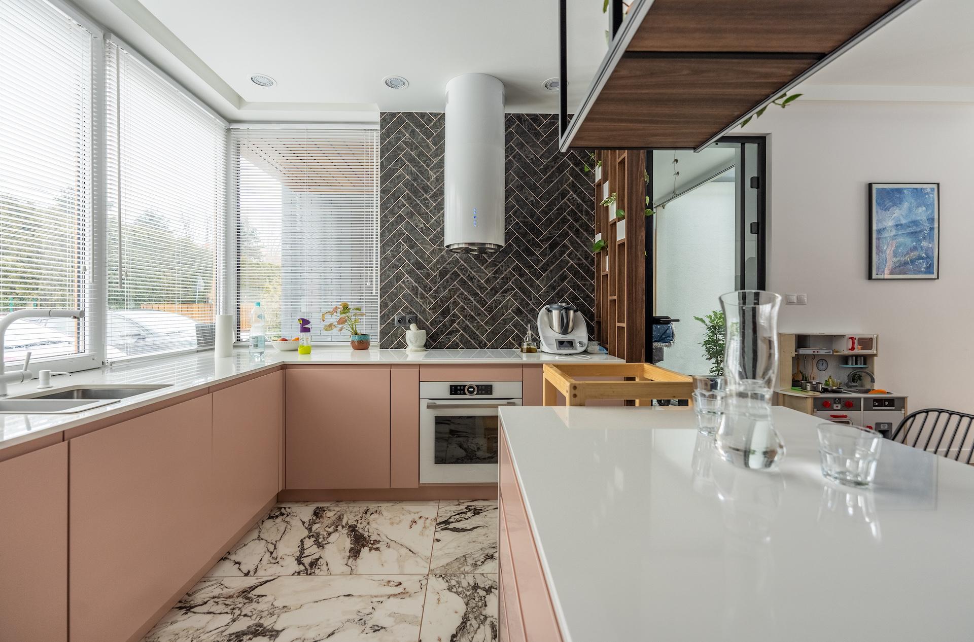 różowa kuchnia płytki w jodełkę