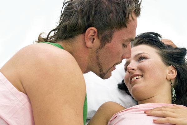 pareja reviviendo su pasión