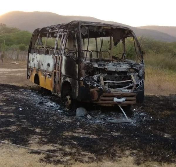 Criminosos incendeiam caminhão, ônibus e transporte escolar no 6º dia de ataques no Ceará; 6 ações são registradas na madrugada