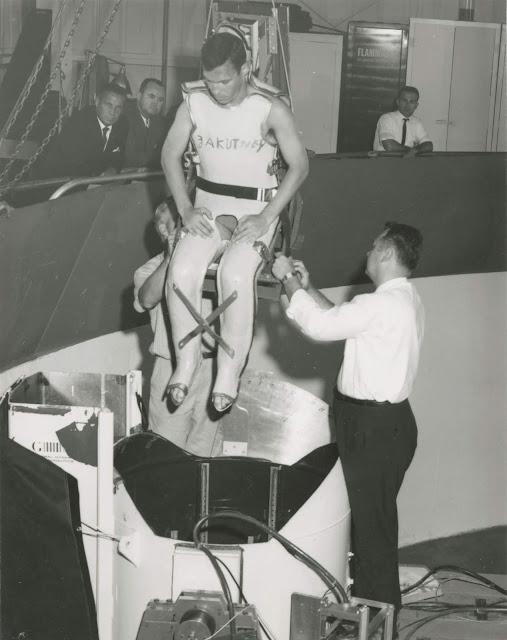 John Zakutney, uno de los voluntarios sordos, al finalizar un experimento de la NASA, bajando de una cápsula de centrifugado