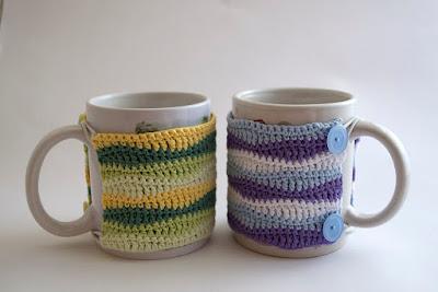 Fundas de ganchillo con ondas lilas y verdes para tazas