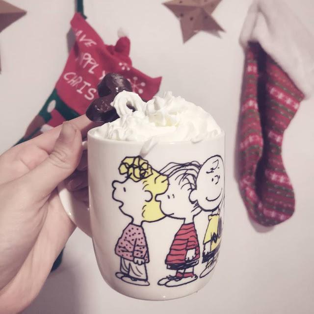 Chocolate caliente navideño en forma de muñequitos de jengibre