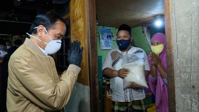 Soroti Aksi Blusukan Jokowi, Ali Syarief: Ya Tuhan, Mengapa Dia Masih Melakukan Hal Memalukan Ini?