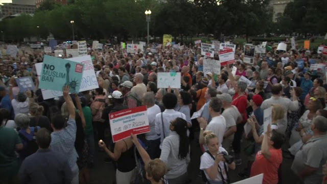 Miles de manifestantes protestan contra 'corrupción' de Trump