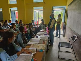 अधिकारी डॉ. शर्मा द्वारा शासकीय शालाओं का किया गया आकस्मिक निरीक्षण